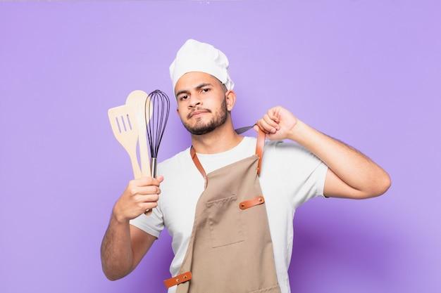 Jonge spaanse man gelukkige uitdrukking bakker of chef-kok concept
