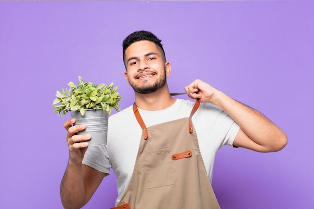 Jonge spaanse man gelukkige uitdrukking. boer of tuinman concept