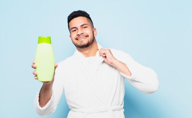 Jonge spaanse man gelukkige uitdrukking en het dragen van een badjas