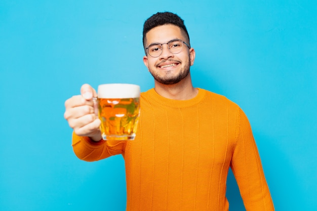 Jonge spaanse man gelukkige uitdrukking en met een biertje
