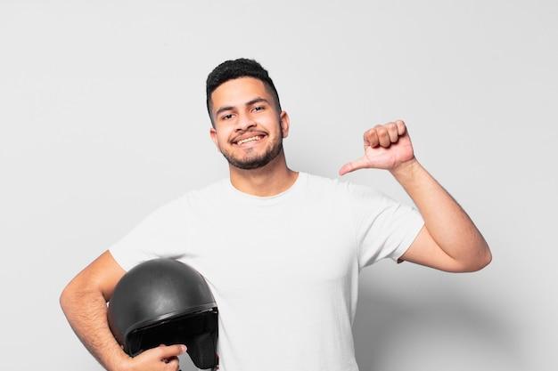 Jonge spaanse man gelukkige uitdrukking. motorrijder concept