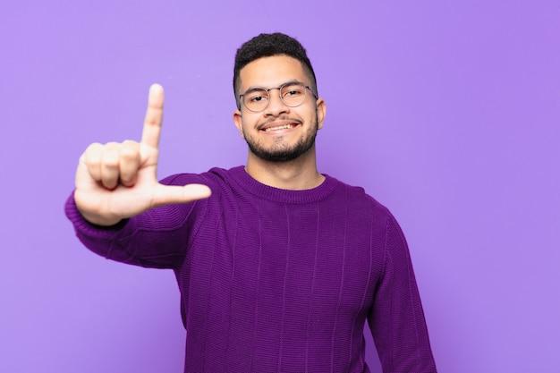 Jonge spaanse man gelukkige uitdrukking