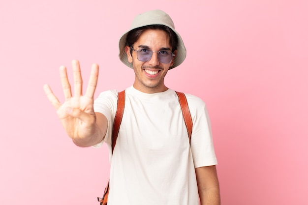 Jonge spaanse man lacht en ziet er vriendelijk uit, met nummer vier. zomer concept