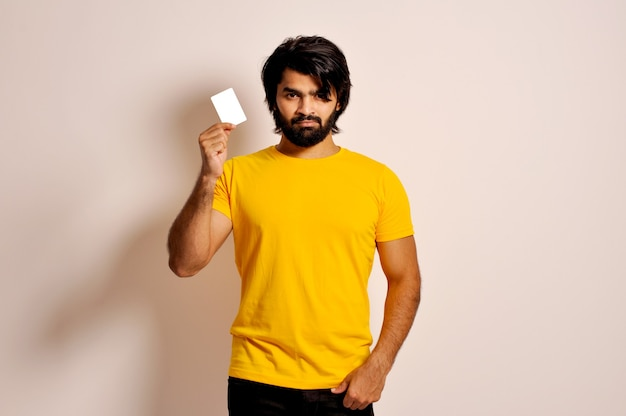 Jonge spaanse man met creditcard fronsend boos vanwege probleem boze blik