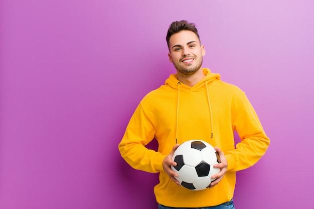 Jonge spaanse man met een voetbal