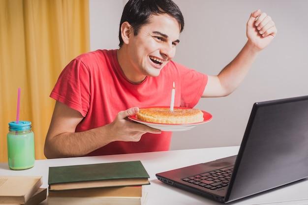 Jonge spaanse man viert zijn verjaardagsfeestje in quarantaine, met een familievideogesprek
