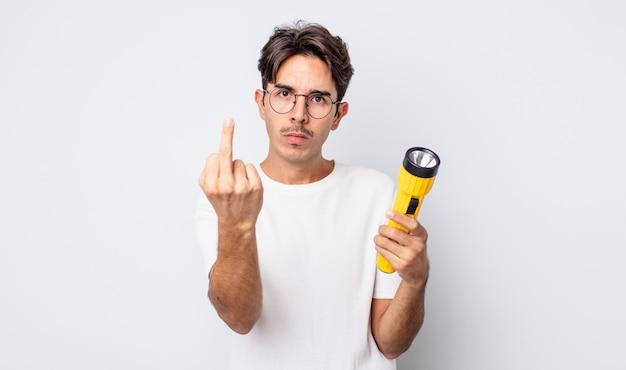 Jonge spaanse man voelt zich boos, geïrriteerd, opstandig en agressief. lantaarn concept