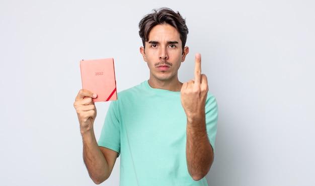 Jonge spaanse man voelt zich boos, geïrriteerd, opstandig en agressief. plannerconcept 2022