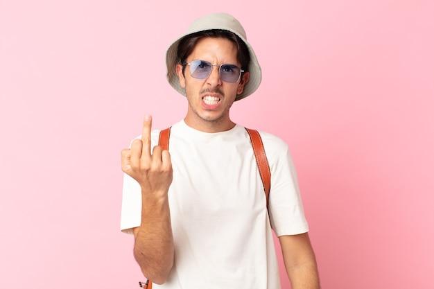 Jonge spaanse man voelt zich boos, geïrriteerd, opstandig en agressief. zomer concept
