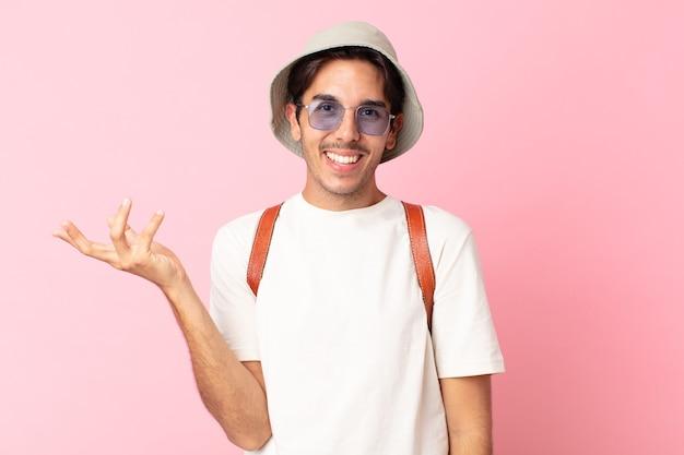Jonge spaanse man voelt zich gelukkig, verrast door het realiseren van een oplossing of idee. zomer concept