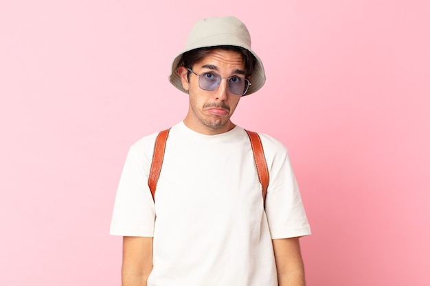 Jonge spaanse man voelt zich verdrietig en zeurt met een ongelukkige blik en huilt. zomer concept