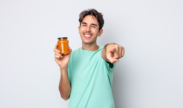 Jonge spaanse man wijzend op de camera die jou kiest. perzik gelei concept