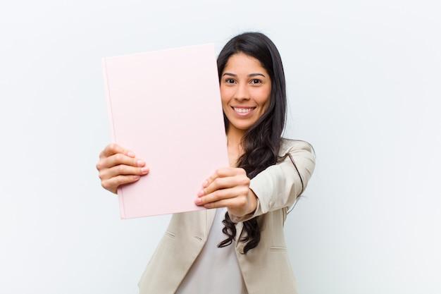 Jonge spaanse mooie vrouw met een boek