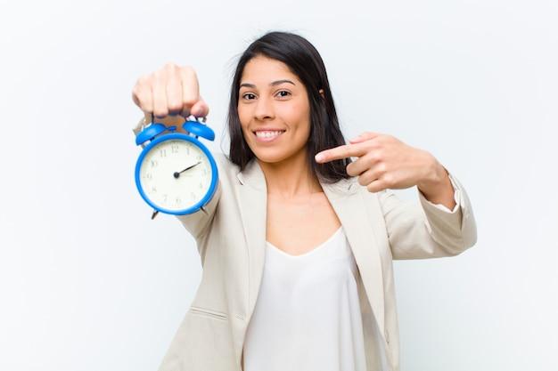 Jonge spaanse mooie vrouw met een klok