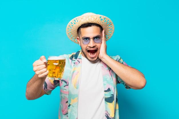 Jonge spaanse reiziger man bang expressie en met een biertje