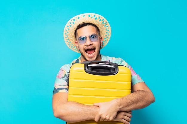 Jonge spaanse reiziger man verraste uitdrukking