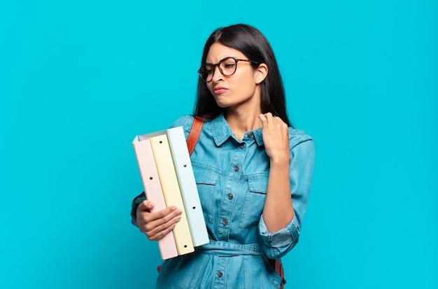 Jonge spaanse studentenvrouw die zich gestrest voelt