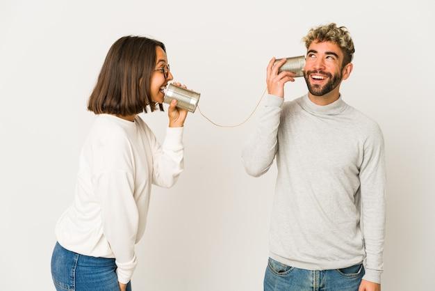 Jonge spaanse vrienden die door een blikjessysteem praten en dromen van het bereiken van doelen en doelen