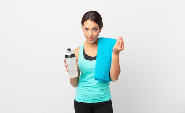 Jonge spaanse vrouw die capice of geldgebaar maakt en zegt dat je moet betalen. fitnessconcept