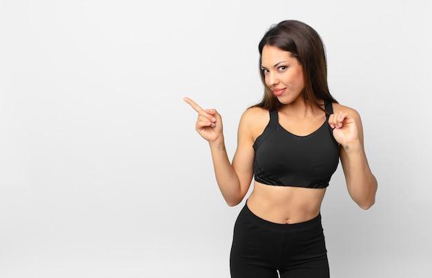 Jonge spaanse vrouw die er arrogant, succesvol, positief en trots uitziet. fitnessconcept
