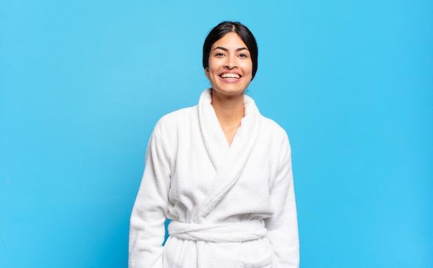 Jonge spaanse vrouw die gelukkig en maf kijkt met een brede, grappige, gekke glimlach en wijd open ogen