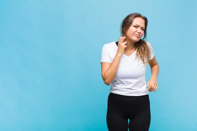 Jonge spaanse vrouw die gestrest, gefrustreerd en moe voelt