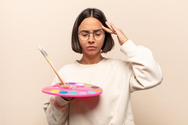 Jonge spaanse vrouw die verbaasd, verward en gestrest kijkt, zich afvraagt tussen verschillende opties, zich onzeker voelt