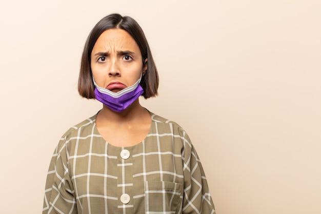 Jonge spaanse vrouw die verdrietig en zeurderig is met een ongelukkige blik, huilend met een negatieve en gefrustreerde houding
