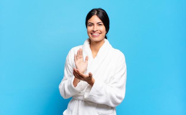 Jonge spaanse vrouw die zich gelukkig en succesvol voelt