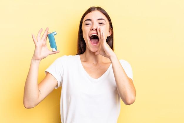 Jonge spaanse vrouw die zich gelukkig voelt, een grote schreeuw geeft met de handen naast de mond. astma concept