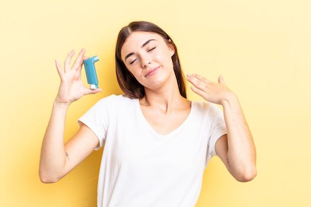 Jonge spaanse vrouw die zich gestrest, angstig, moe en gefrustreerd voelt. astma concept