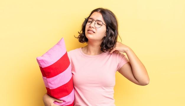 Jonge spaanse vrouw die zich gestrest, angstig, moe en gefrustreerd voelt. ochtend wakker concept