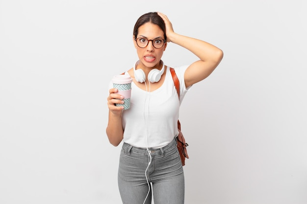 Jonge spaanse vrouw die zich gestrest, angstig of bang voelt, met de handen op het hoofd. studentenconcept