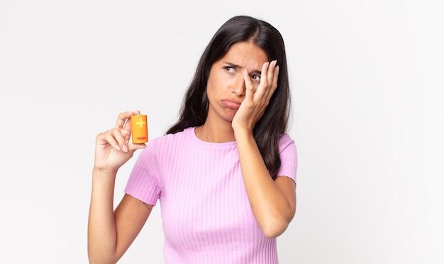 Jonge spaanse vrouw die zich verveeld, gefrustreerd en slaperig voelt na een vermoeiende en vasthoudende batterij