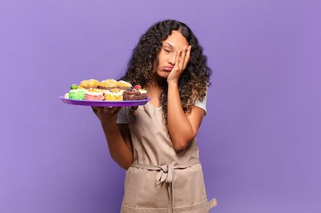 Jonge spaanse vrouw die zich verveeld, gefrustreerd en slaperig voelt na een vermoeiende