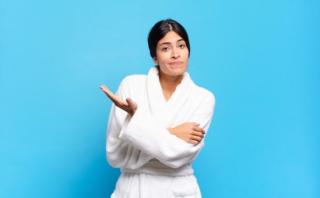 Jonge spaanse vrouw die zich verward en onwetend voelt, zich afvraagt over een twijfelachtige verklaring of gedachte