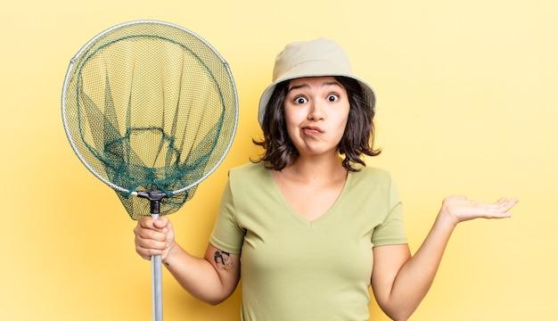 Jonge spaanse vrouw die zich verward en verward en twijfelend voelt. visnet concept