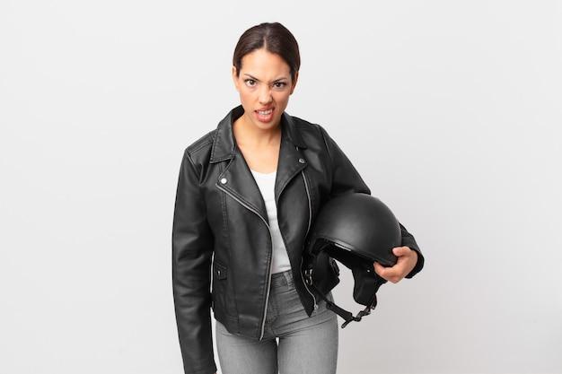 Jonge spaanse vrouw die zich verward en verward voelt. motorrijder concept