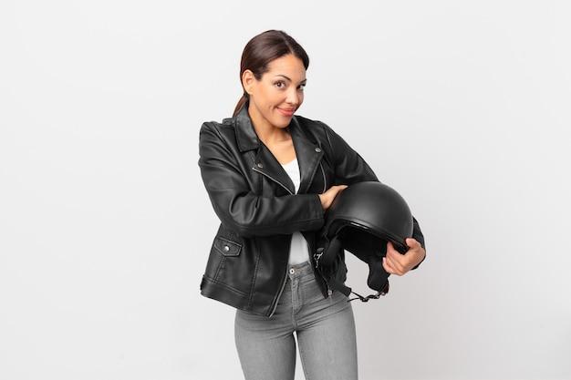 Jonge spaanse vrouw haalt haar schouders op, voelt zich verward en onzeker. motorrijder concept