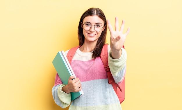Jonge spaanse vrouw lacht en ziet er vriendelijk uit, met nummer vier. studentenconcept