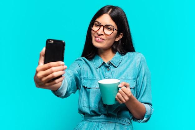Jonge spaanse vrouw met een kopje koffie