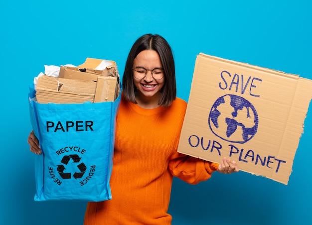 Jonge spaanse vrouw met save our planet-karton