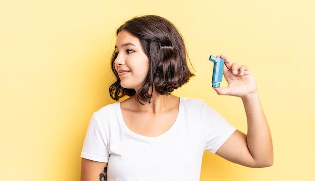 Jonge spaanse vrouw op profielweergave denken, verbeelden of dagdromen. astma concept