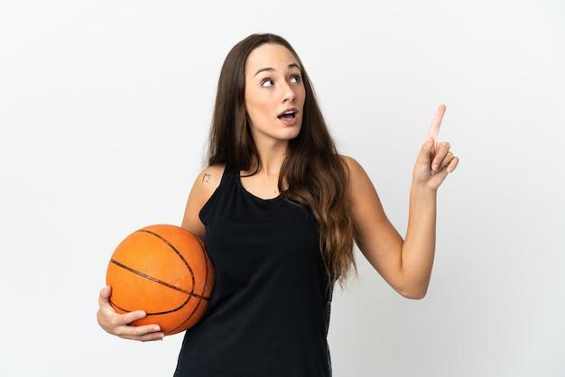 Jonge spaanse vrouw over geïsoleerde witte achtergrond die basketbal speelt en een idee heeft Premium Foto
