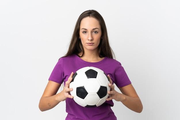Jonge spaanse vrouw over geïsoleerde witte achtergrond met voetbal