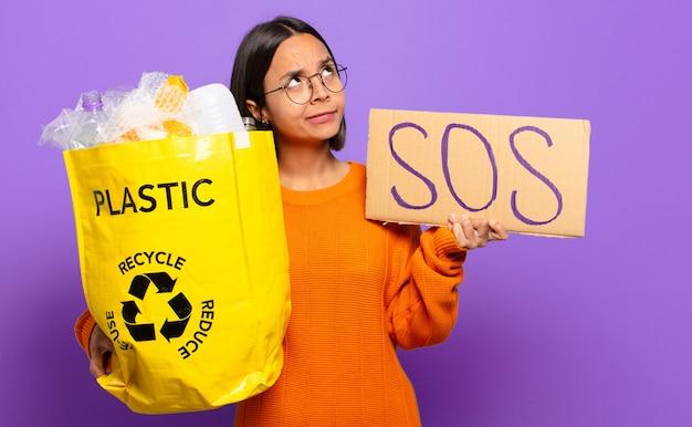 Jonge spaanse vrouw. recycle concept