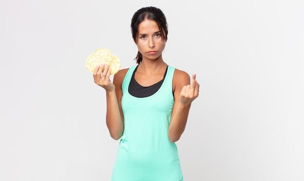 Jonge spaanse vrouw voelt zich boos, geïrriteerd, opstandig en agressief. fitness dieet concept
