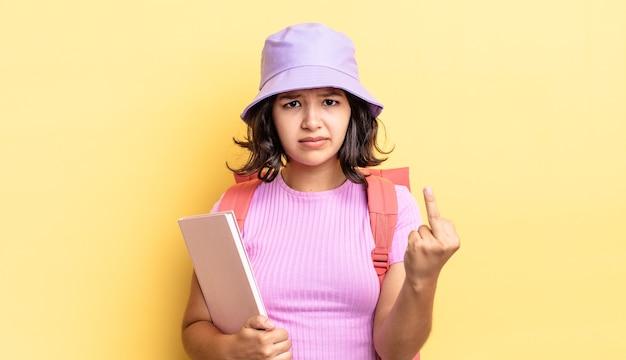 Jonge spaanse vrouw voelt zich boos, geïrriteerd, opstandig en agressief. terug naar schoolconcept