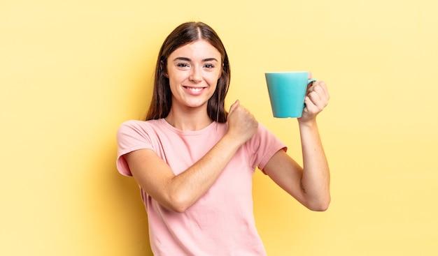 Jonge spaanse vrouw voelt zich gelukkig en staat voor een uitdaging of feest. koffiekopje concept