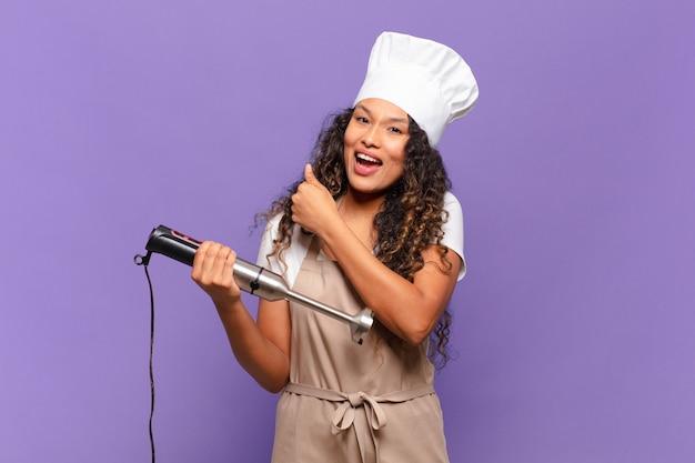 Jonge spaanse vrouw voelt zich gelukkig, positief en succesvol, gemotiveerd wanneer ze voor een uitdaging staat of goede resultaten viert.